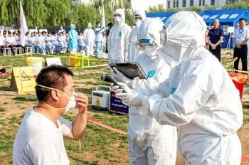 People-participate-in-an-emergency-exercise-on-prevention-and-control-of-H7N9-bird-flu-virus.jpg